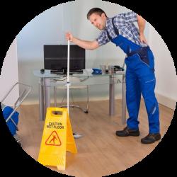 Un homme faisant le ménage ayant mal au dos